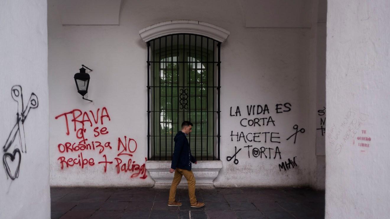 Los mensajes feministas inundaron las paredes del Cabildo porteño