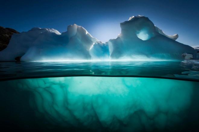 Un iceberg cerca de la isla roja Scoresbysund fiordo, Groenlandia