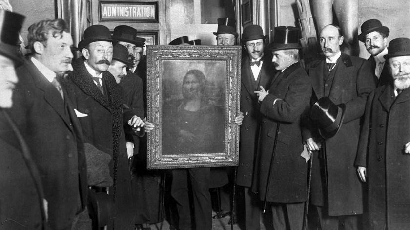 En Paris, luego de haber recuperado la obra maestra, los franceses la exhiben en la entrada del Louvre