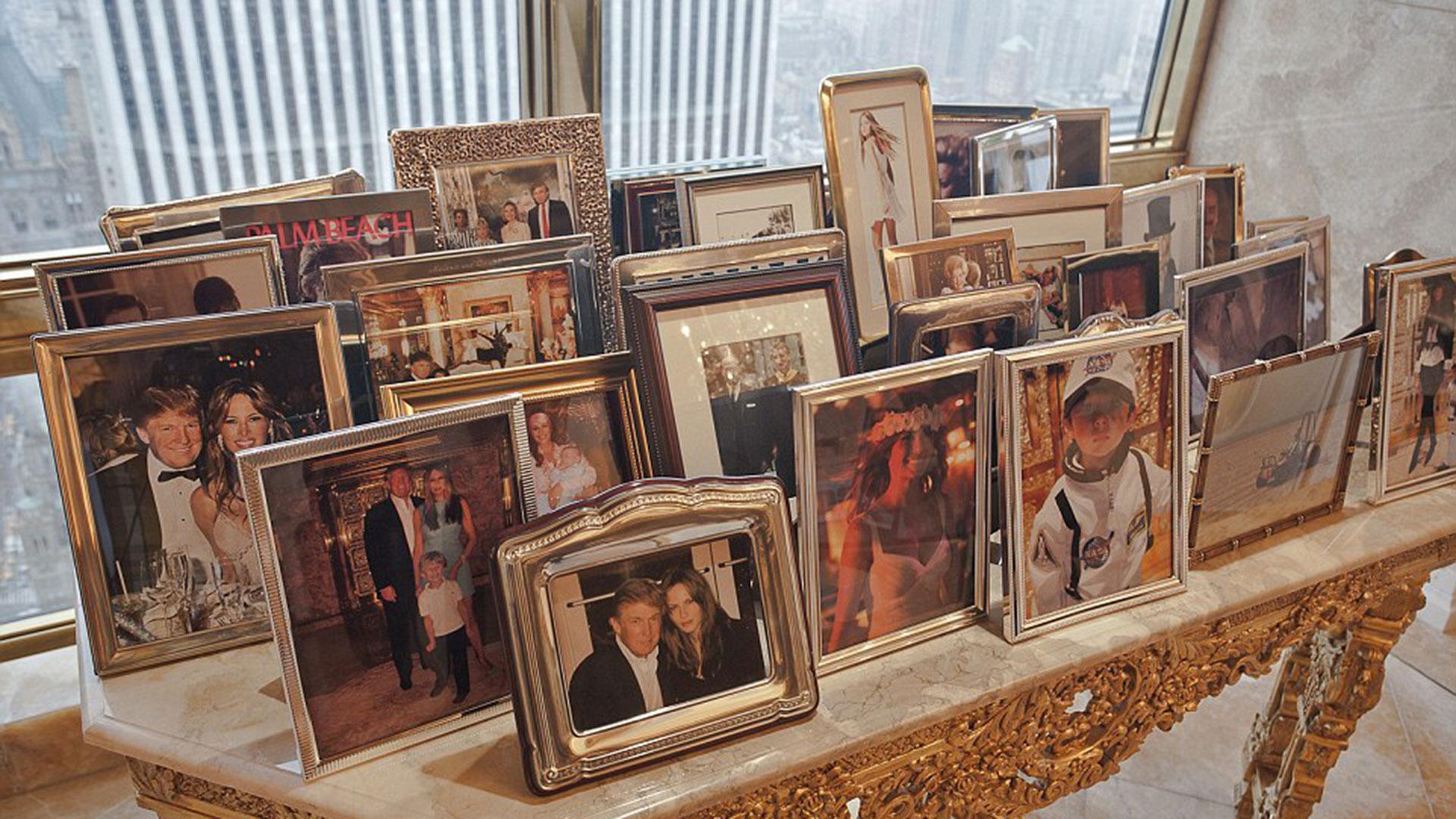 En el penthouse se pueden observar muchas fotos de la familia de Donald Trump, como en esta mesada