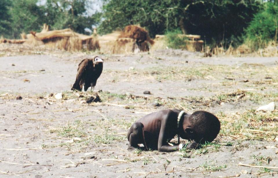 """""""Niño hambriento y buitre"""" (Kevin Carter, Sudán, 1993)"""