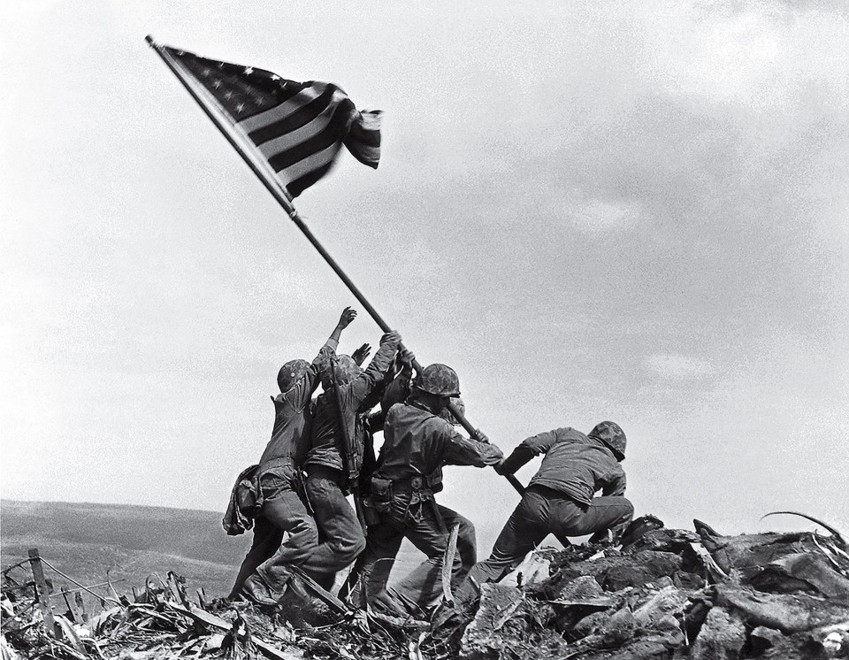 """Bandera levantándose en Iwo Jima"" (Joe Rosenthal, Japón, 1945)"