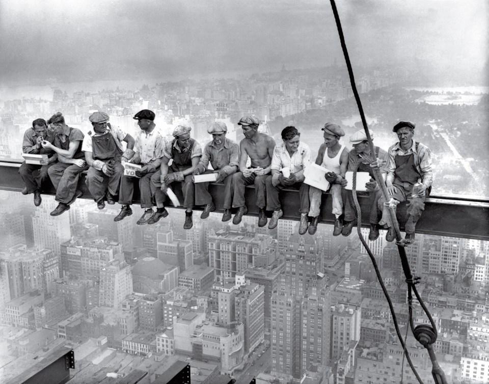"""""""Almuerzo en la cima de un rascacielos"""" (Desconocido, Estados Unidos, 1932)"""