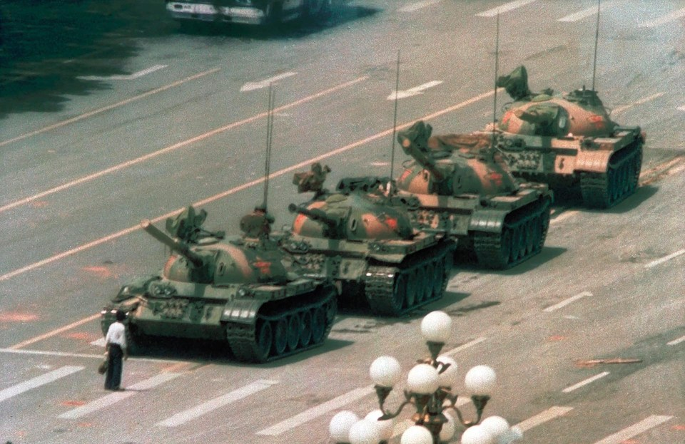 """""""Hombre tanque"""" (Jeff Widener, China, 1989)"""
