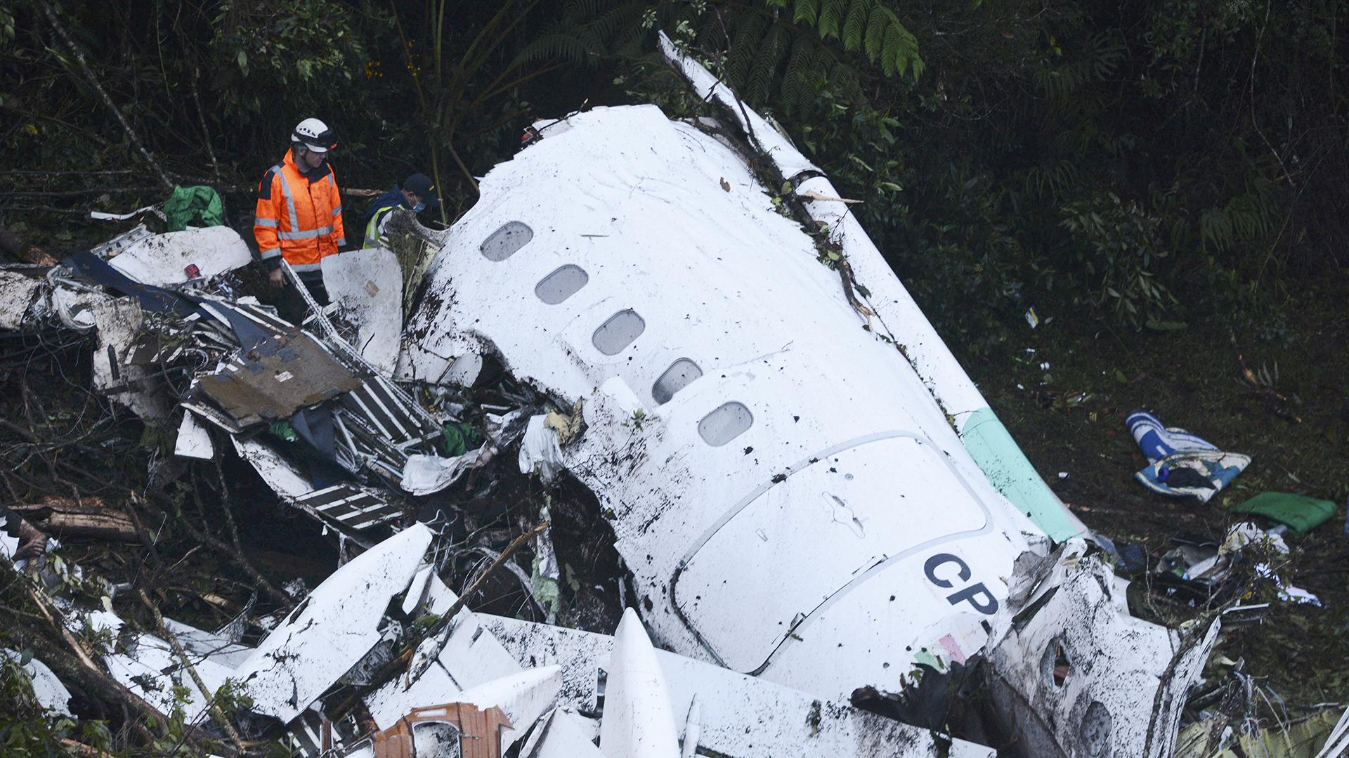 Personal de rescate entre los restos del avión de LAMIA (AP/Luis Benavides)
