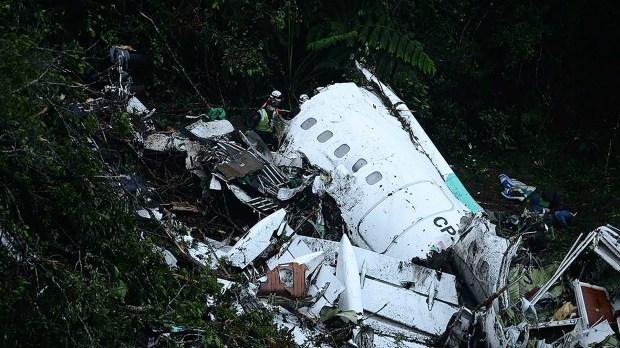 Horas después de la tragedia, rescatistas trabajan entre los restos del avión(AFP PHOTO / Raul ARBOLEDA)