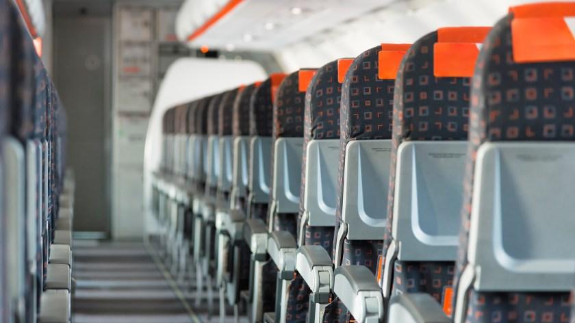 El espacio entre los asientos de los aviones se ha reducido de 89 a 75 centímetros. (iStock)