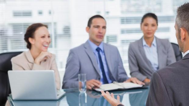 El entrevistador observa un 360 del candidato (IStock)