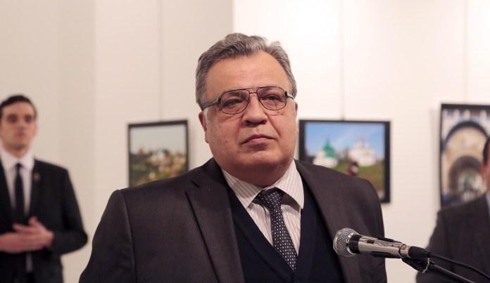 El embajador ruso Andrei Karlov mientras daba su discurso en el Museo de Ankara. Detrás suyo, el oficial de la policía turca que lo asesinaría segundos más tarde.