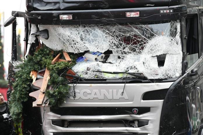 Un terrorista de ISIS a bordo de un camión mató a 12 personas en un mercado de Navidad frente a la Gedächtniskirche de Berlín, el 20 de diciembre/ AFP PHOTO / Tobias SCHWARZ