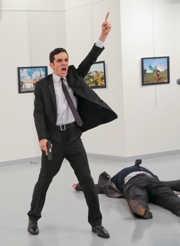 Un hombre armado, oficial de la policía turca, asesinó el 19 de diciembre al embajador ruso Andrei Karlov durante la inauguración de una exhibición fotográfica en Ankara mientras gritaba contra la intervención rusa en Siria. AP Photo/Burhan Ozbilici