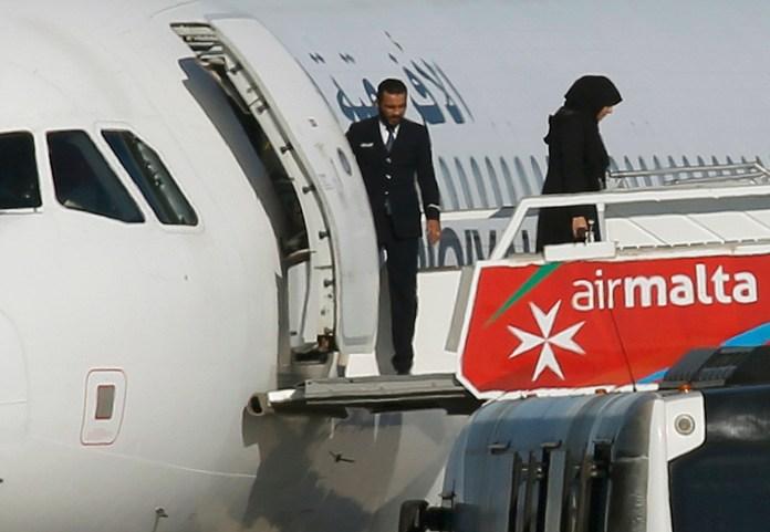 Un avión de la línea aérea libia Afriqiyah Airways fue secuestrado y obligado a aterrizar en el aeropuerto de La Valeta, la capital de Malta, el 23 de diciembre. Finalmente, los secuestradores liberaron a todos los pasajeros y fueron detenidos. REUTERS/Darrin Zammit-Lupi