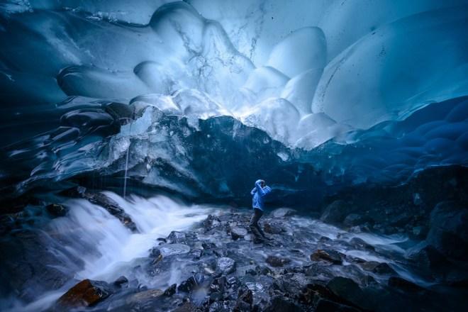 Un explorador recorre una cueva bajo el glaciar Mendenhall, 16 de junio de 2014