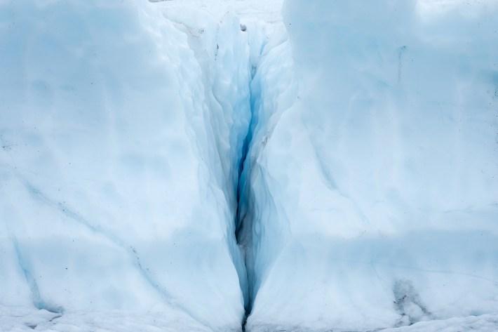 Una pared de hielo y una grieta expuesta en el glaciar Matanuska, 22 de julio de 2016