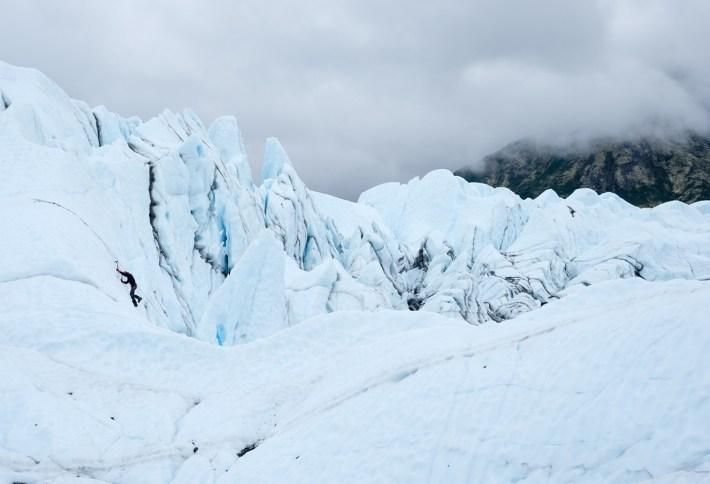 Un escalador intenta trepar la cara de uno de los seracs del glaciar de Matanuska, 22 de julio de 2016