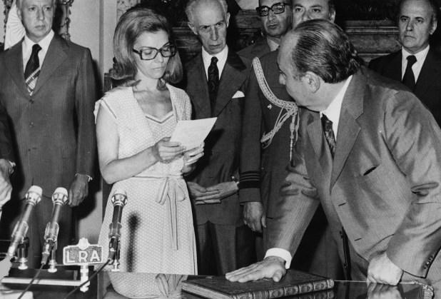 Isabelita tomando el juramento como presidenta de la república (Getty Images)