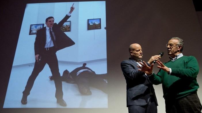 El fotógrafo Burhan Ozbilici recibe el premio (AP)