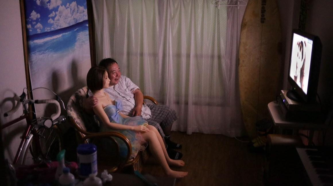 La pareja mirando televisión