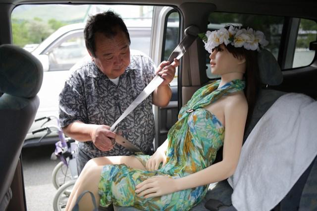 El empresario le abrocha el cinturón de seguridad para protegerla cuando manejan juntos