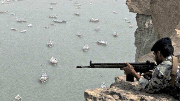 Un soldado iraní custodia el estrecho de Ormuz