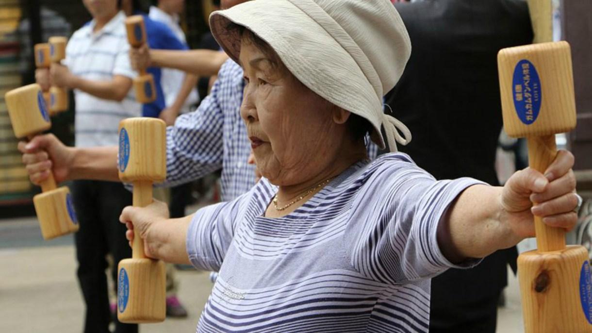 En Japón, la actividad física se mantiene con el correr de los años. Poseen una rutina nacional que desarrollan desde niños