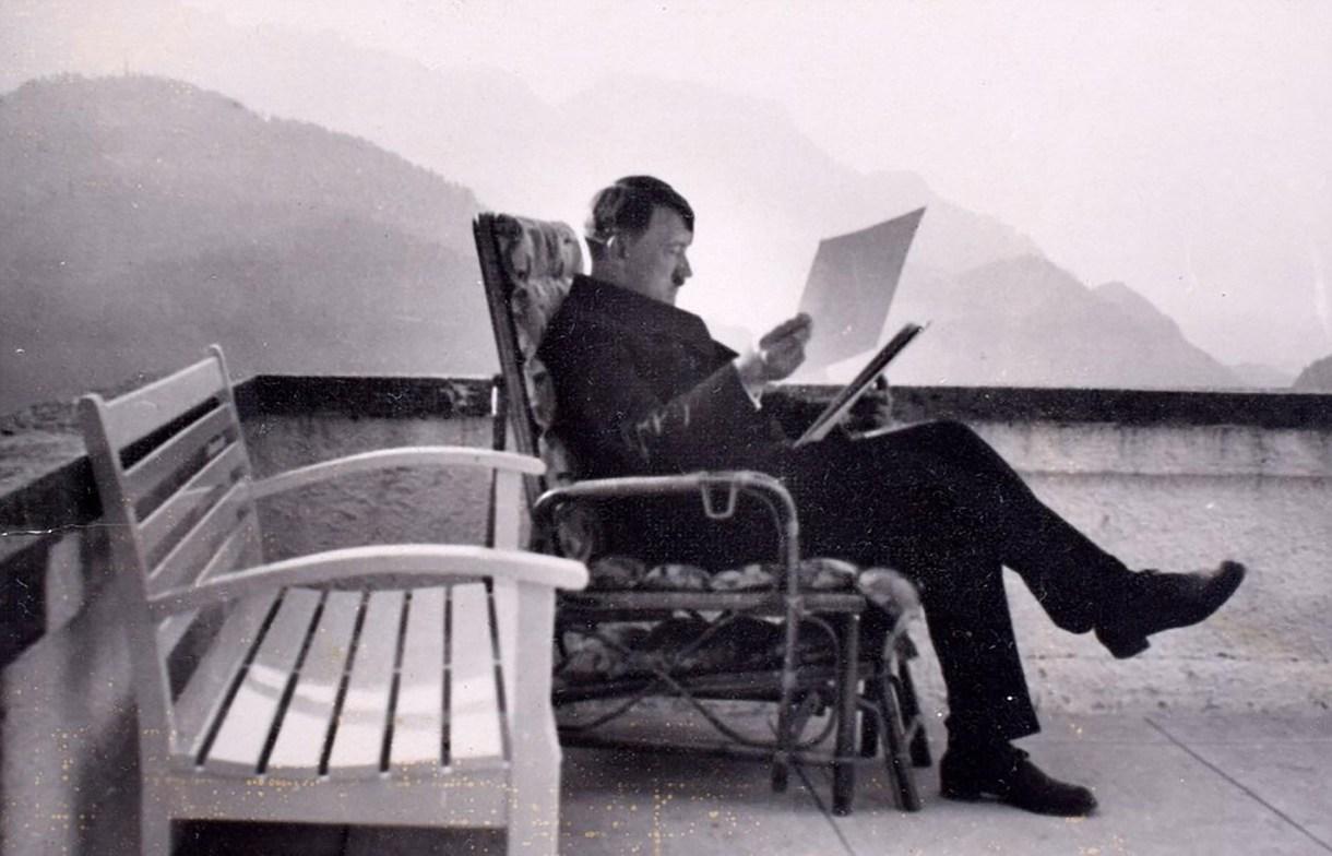 """Adolf Hitler en """"El Nido del Águila"""", su refugio en los alpes bávaros(C&T Acuctions/BNPS)"""