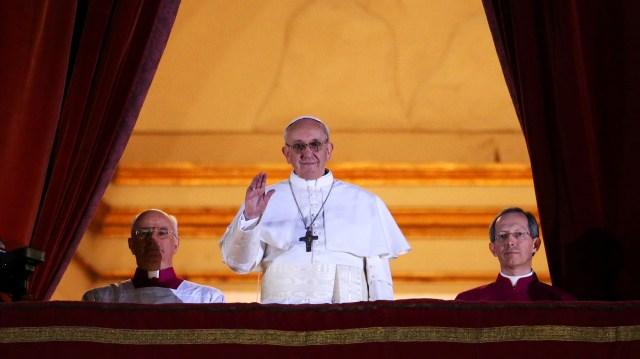 Francisco I aparece en el balcón de la Basílica de San Pedro, en Ciudad del Vaticano. El cardenal argentino Jorge Mario Bergoglio fue elegido minutos antes para liderar a 1.200 millones de católicos del mundo (Peter Macdiarmid/Getty Images)