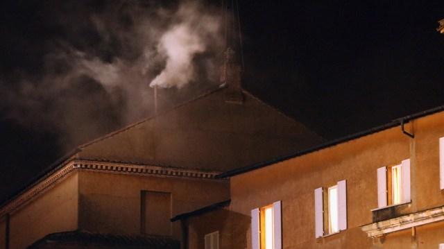13 de marzo de 2013: el humo blanco que emerge de la chimenea de la Capilla Sixtina indica que el Colegio de Cardenales ha elegido al 266º Papa, sucesor de Benedicto XVI (Christopher Furlong/Getty Images)