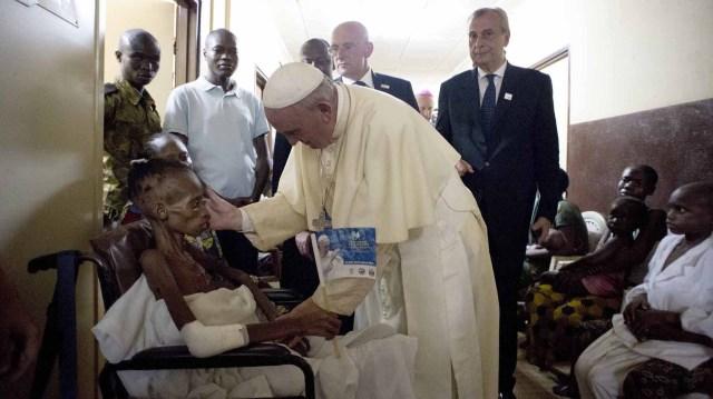 29 de noviembre de 2015: el Papa se encuentra con un paciente durante su visita a un Hospital de Pediatría en Bangui, República Centroafricana(REUTERS/Osservatore Romano)