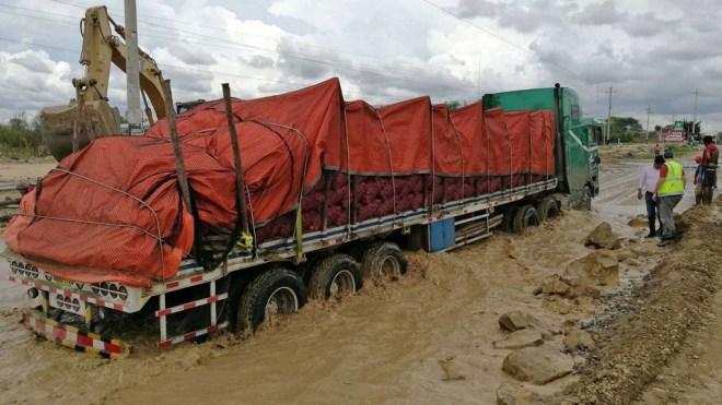 El desborde del río Lurín en la sierra sur de la capital bloqueó en tres tramos la carretera hacia la localidad de Huarochirí, mientras que el río Chillón, en el norte de Lima, se desbordó a la altura del distrito de Carabayllo (EFE)