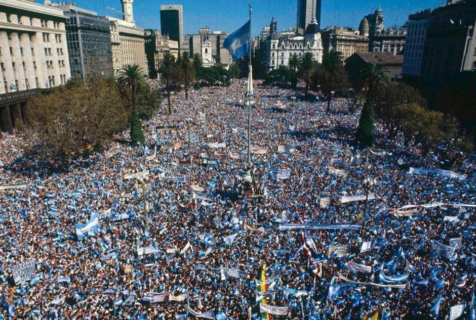 """Cientos de personas reunidas en Plaza de Mayo apoyan a Galtieri. Desde del balcon de la Casa Rosada, el presidente de facto desafía a los ingleses: """"Si quieren venir que vengan, les presentaremos batalla"""". Abril de 1982 (AP)"""