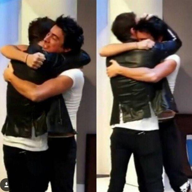 """Nico y Santi se funden en un abrazo, después de una función de """"El Canasto"""""""