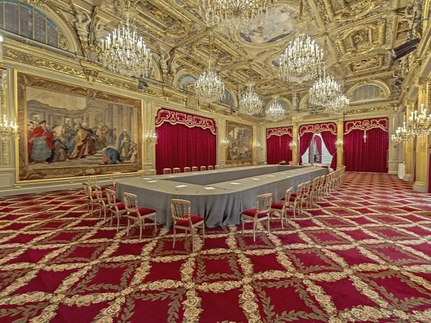 El majestuoso Palacio del Élyséees residencia oficial del Presidente de la República Francesa desde la década de 1840. El presidente francés François Hollande vive aquí desde 2012. La oficina del presidente se conoce como el Salón Doré, nombrado así por la abundante cantidad de oro que ofrece en sus paredes, puertas, mesas e incluso sillas (Shutterstock)