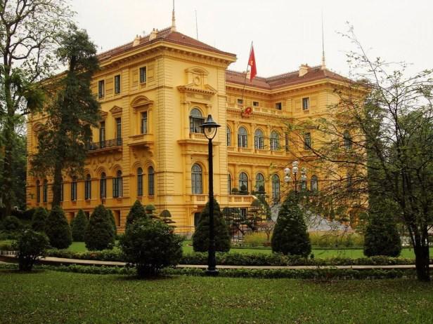 Palacio vietnamita en Hanoi que fue construido para el Gobernador General de Indochina en 1906. Hoy se utiliza únicamente para recepciones oficiales. Como la mayoría de la arquitectura colonial francesa, el palacio posee una clara vinculación a la construcción típica Europea (Wikimedia Commons)