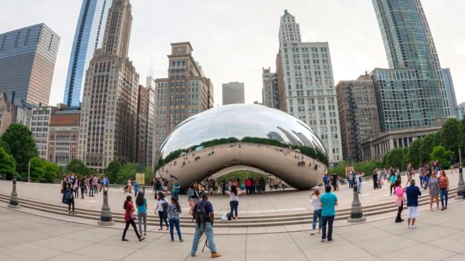La Cloud Gate (en español, Puerta de la nube) es una escultura pública del artista indo-británico Anish Kapoor, es la pieza central de la Plaza AT&T en el Millennium Park en Chicago, Illinois, Estados Unidos.
