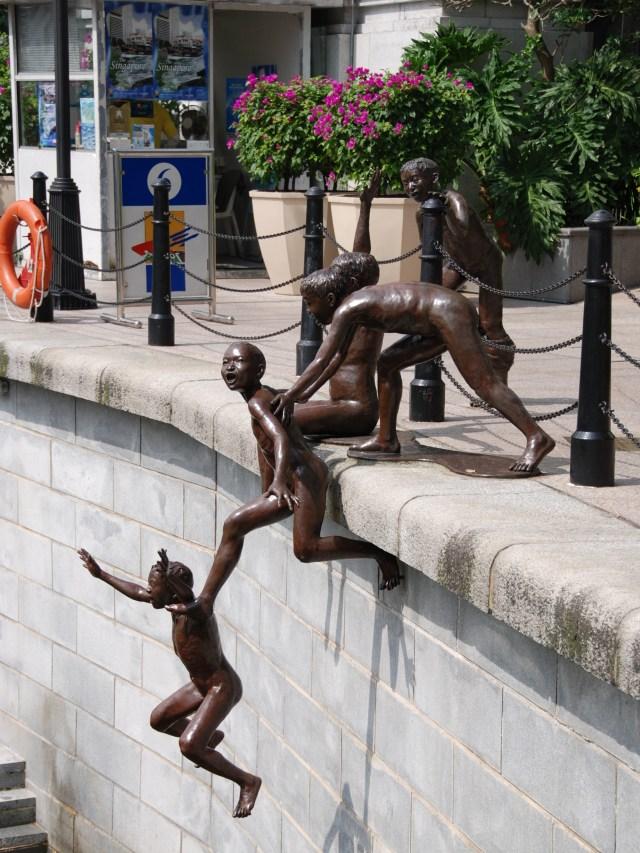 """""""First Generation"""", de Chong Fah Cheong, fue comisionada por la Junta de Turismo de Singapur. Muestra a un grupo de niños saltando al río"""
