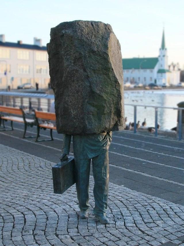 """""""The Unknown Official"""", ubicada en Reikiavik, Islandia. Es un monumento construido en 1993 por Magnús Tómasson"""