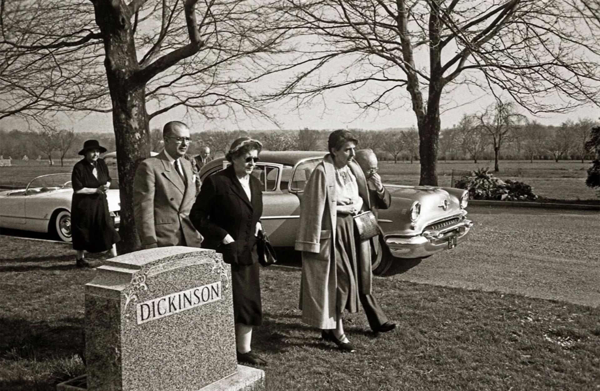 De izquierda a derecha: Frida S. Bucky, Hans Einstein, una mujer no identificada, Helen Dukas, y Gustav Bucky, amigo del matemático (Ralph Morse – Life Magazine – Getty)