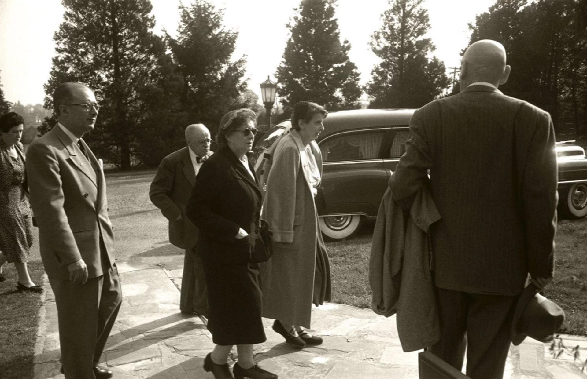 Hans Einstein, el primero desde la izquierda. Fue quien llamó a Life para que no se publicaran las fotografías (Ralph Morse – Life Magazine – Getty)
