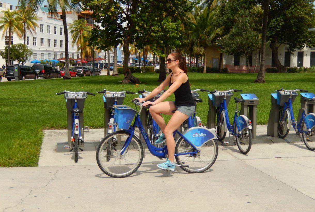 Las estaciones de bicicletas para rentar, Citibike,están en la playa y en la ciudad.