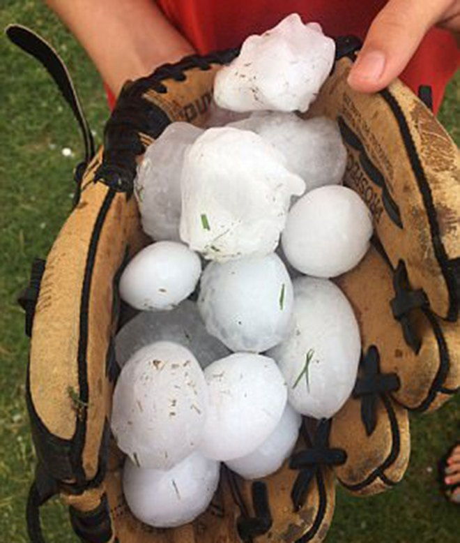 Las tormentas también causaron fuertes lluvias de granizo (AP)