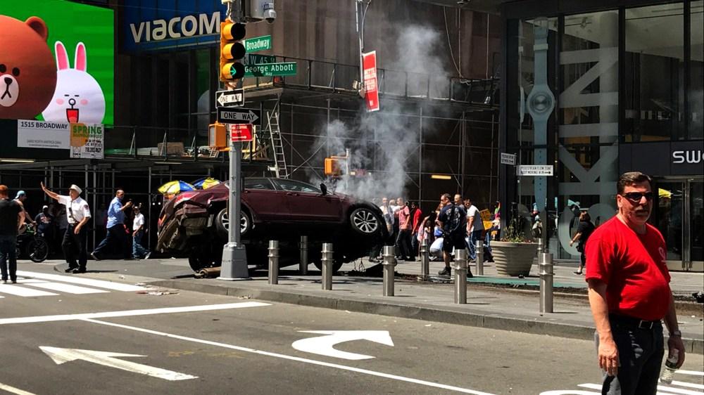 Así quedó el automóvil en la intersección de Broadway y la calle 45