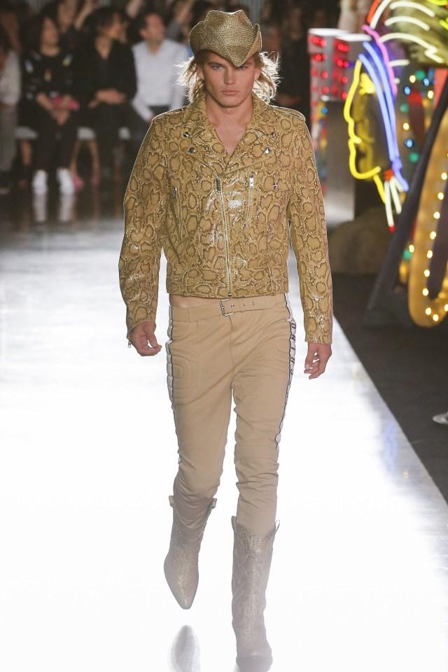 Chaqueta de croco, pantalón de gabardina y las botas texanas. Un total look beige (Vogue)