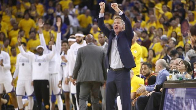 Steve Kerr es el entrenador de los Golden State Warriors, un equipo que hace historia en la NBA (Getty)