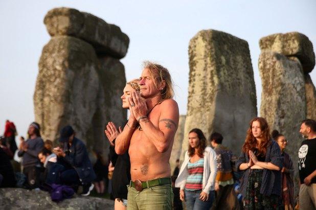 Cada año, cientos de personas se reúnen en verano para lograr ver la alineación de las rocas con el sol (Reuters)