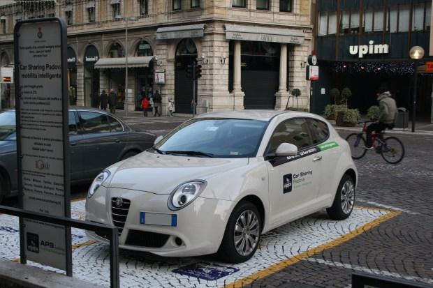 """""""Movilidad inteligente"""" reza el cartel que anuncia un servicio de car-sharing en Padova, Italia"""