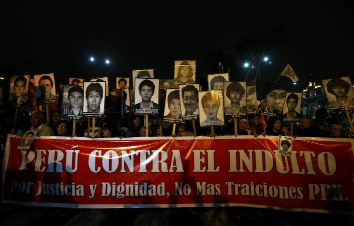 Numerosas marchas fueron organizadas en Perú contra el indulto presidencial (Reuters)