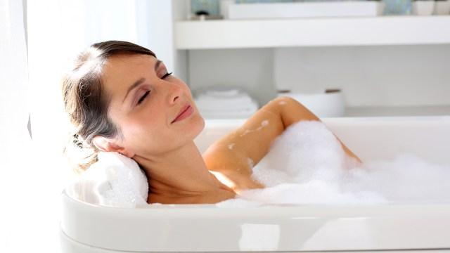 El agua muy caliente, en lugar de beneficiarla, daña la piel. (iStock)