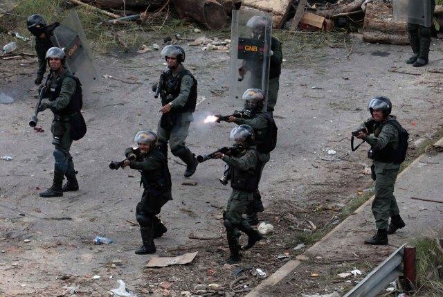 Las fuerzas represivas de Nicolás Maduro disparan contra los manifestantes contrarios a la Asamblea Constituyente (Reuters)
