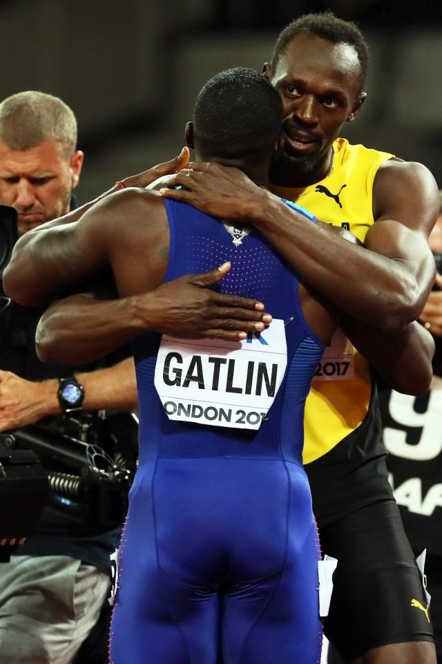 Usain Bolt, quien terminó tercero en la prueba de los 100 metros, se abrazó con Gatlin (EFE)